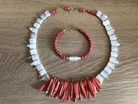 set collier en armband met zoetwaterparels en koraal en kristal