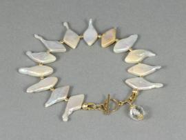 armband met witte parels en bergkristal en goud