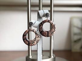 oorbellen met oorstekers en leren hanger slangenprint bruin