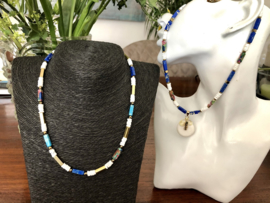 Twee colliers wit blauw goud