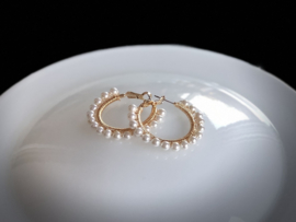 oorbellen creolen goud met shell parels wit