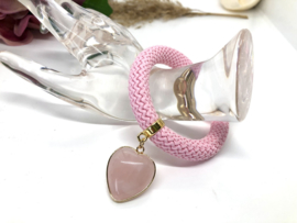 Armband dik koord roze met rozenkwarts hart
