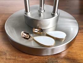 oorbdellen XL clips goud met parelmoer druppel wit