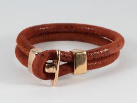 armband suède in oranjebruine kleur met rosé goldplated slot