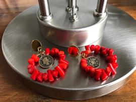 oorbellen lang goud met rode koraal