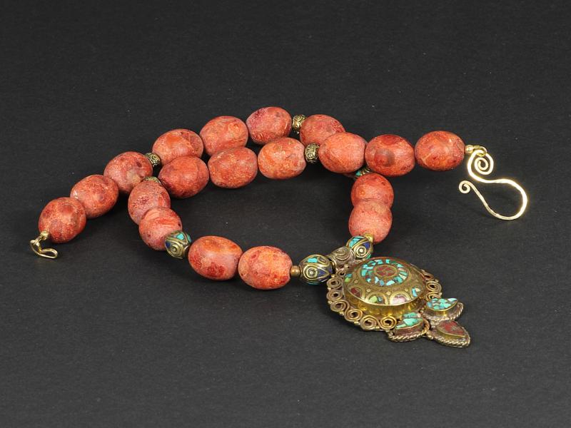 collier kort met sponskoraal en Tibetaanse hanger