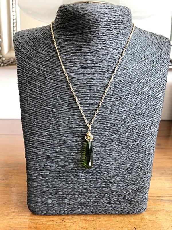 Collier goldfill en hydro quartz facet peridoot groen