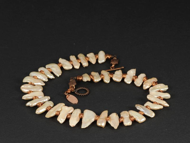 collier kort koper met zalm biwaparels