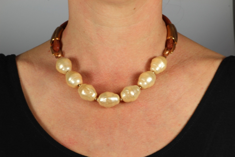collier kort met grote shell parels in zalmkleur