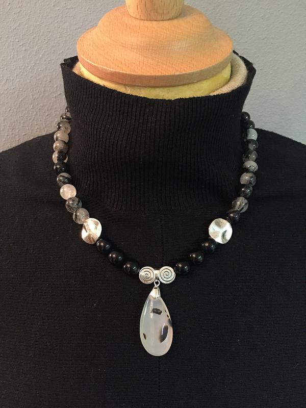 collier met zwarte rutielkwarts, onyx en montana agaat hanger