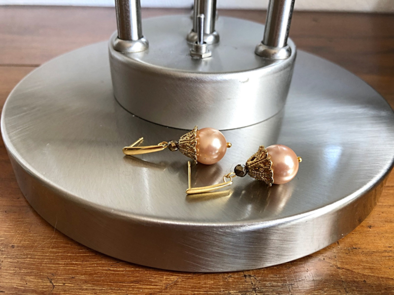 oorbellen goud met pyriet en shell parel zalmkleur