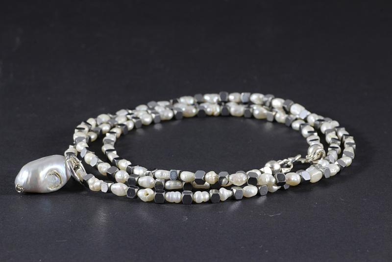 collier halflang met witte pareltjes en hematiet kubussen in zilver