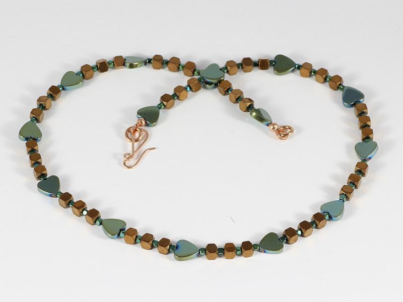 Collier met hartjes in metalic zacht groen van hematiet