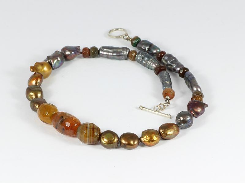 collier kort zilver met vuuragaat , goud-groene parels en biwaparels