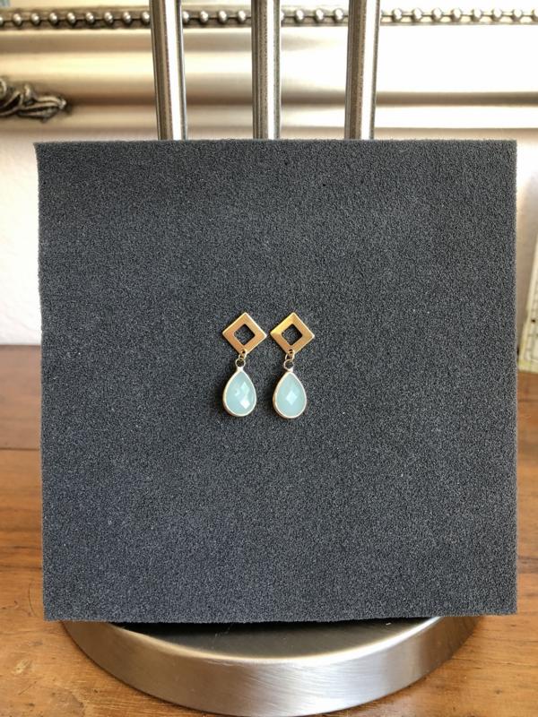 oorbellen kort verguld met facet lichtblauwe druppel