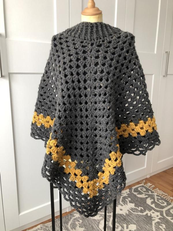 Dames poncho in grijs met geel incl losse colsjaal