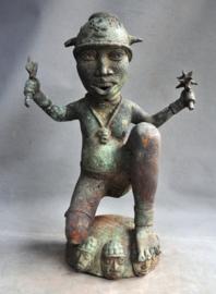 Ouder bronzen beeld ve Benin strijder ,regio Benin City ,Nigeria 3e kwart 20e eeuw