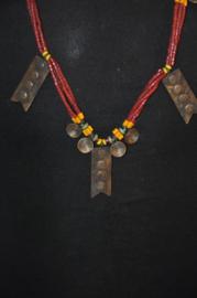 Stijlvolle etnische halsketting met bronsjes en glas- en schelpkralen; NAGA, India
