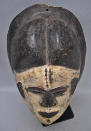 Oud gelaatsmasker van de IBO, Nigeria, midden 20e eeuw