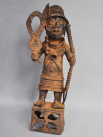 Bronzen Benin strijder op voetstuk, IFE, regio Benin City, Nigeria, 21e eeuw