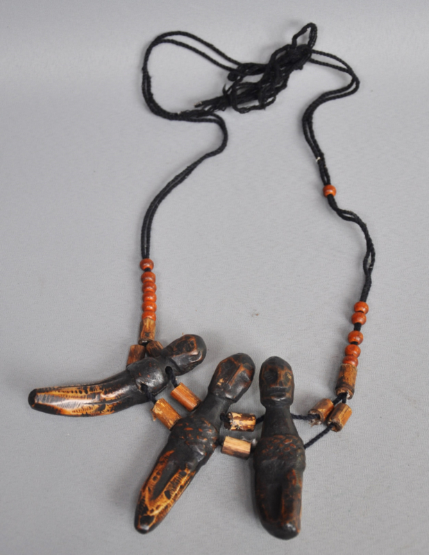Halsketting, tanden, Bulul beeldjes, kraaltjes, Ifugao, Filippijnen, 2e helft 20e eeuw