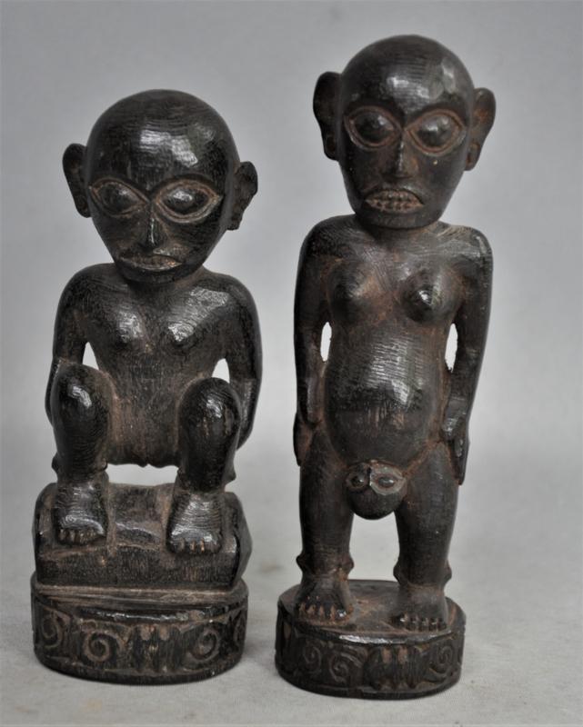 Twee beeldjes van de DAYAK, Borneo, 2e helft 20e eeuw