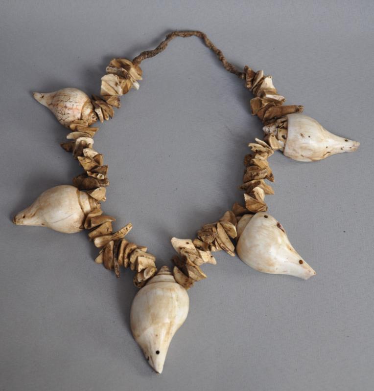 Halsketting van halves schelpen en schelpdelen, Nepal, 21e eeuw