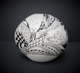 Studio pottery Op Art vaasje in wit zwart
