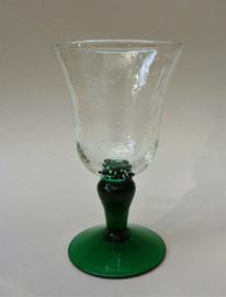 Bubbeltjesglas wijnglas op groene voet
