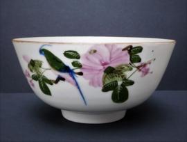 Chinese Mid Century porseleinen rijstkom met vogel en bloesem
