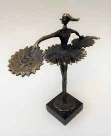 Corry Ammerlaan van Niekerk verbronsd sculptuur danseres met waaiers