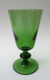 Groen mondgeblazen wijnglas met knoop