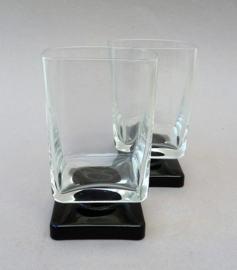 Mid Century Modern Martini cocktailglas op vierkante zwarte voet