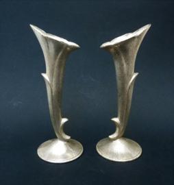 Twee verzilverde trompetvaasjes