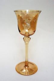 Roze lusterglas wijnglas met geetste wijnrankdecoratie