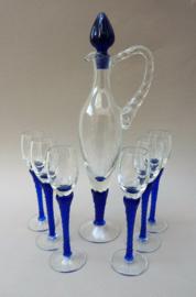 Mid Century likeur karaf met glazen op blauwe gedraaide steel
