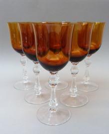 Kristallen amberkleurige wijnglazen