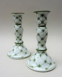 Een paar groen wit porseleinen kandelaars