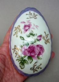 Mid Century lavendelblauw luster porseleinen dekseldoosje in ei vorm met rozen decoratie