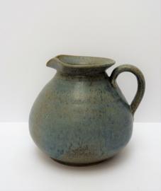Geglazuurd aardewerken pichet in grijsblauw