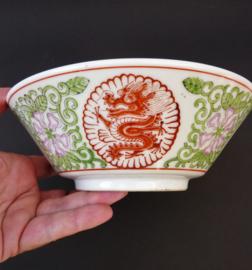 Mid Century Chinese porseleinen kom met draken en lotusbloemen