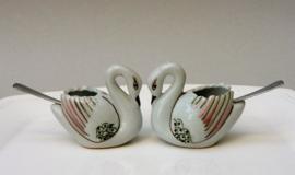 Een paar Japanse porseleinen zwaan zoutvaatjes