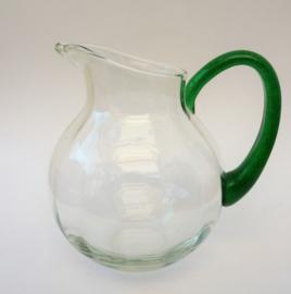 Transparante waterkan met groen handvat