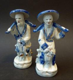 Een paar vintage Chinese blauw wit porseleinen vissersfiguurtjes