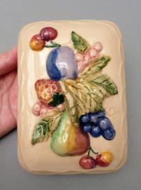 Studio pottery faience botervloot gedecoreerd met fruit