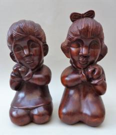 Indisch houtsnijwerk jaren dertig biddende jongen en meisje