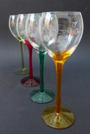 Wijnglazen op gekleurde steel met wijnrank decoratie - set van vier