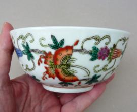 Chinese 1960 Jingdezhen witte porseleinen kom met vlinders en bloemen