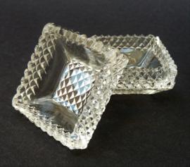 Een paar geslepen kristallen zoutvaten