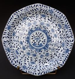 Petrus Regout achtkantig chinoiserie bord in Kangxi stijl met decor peterselie